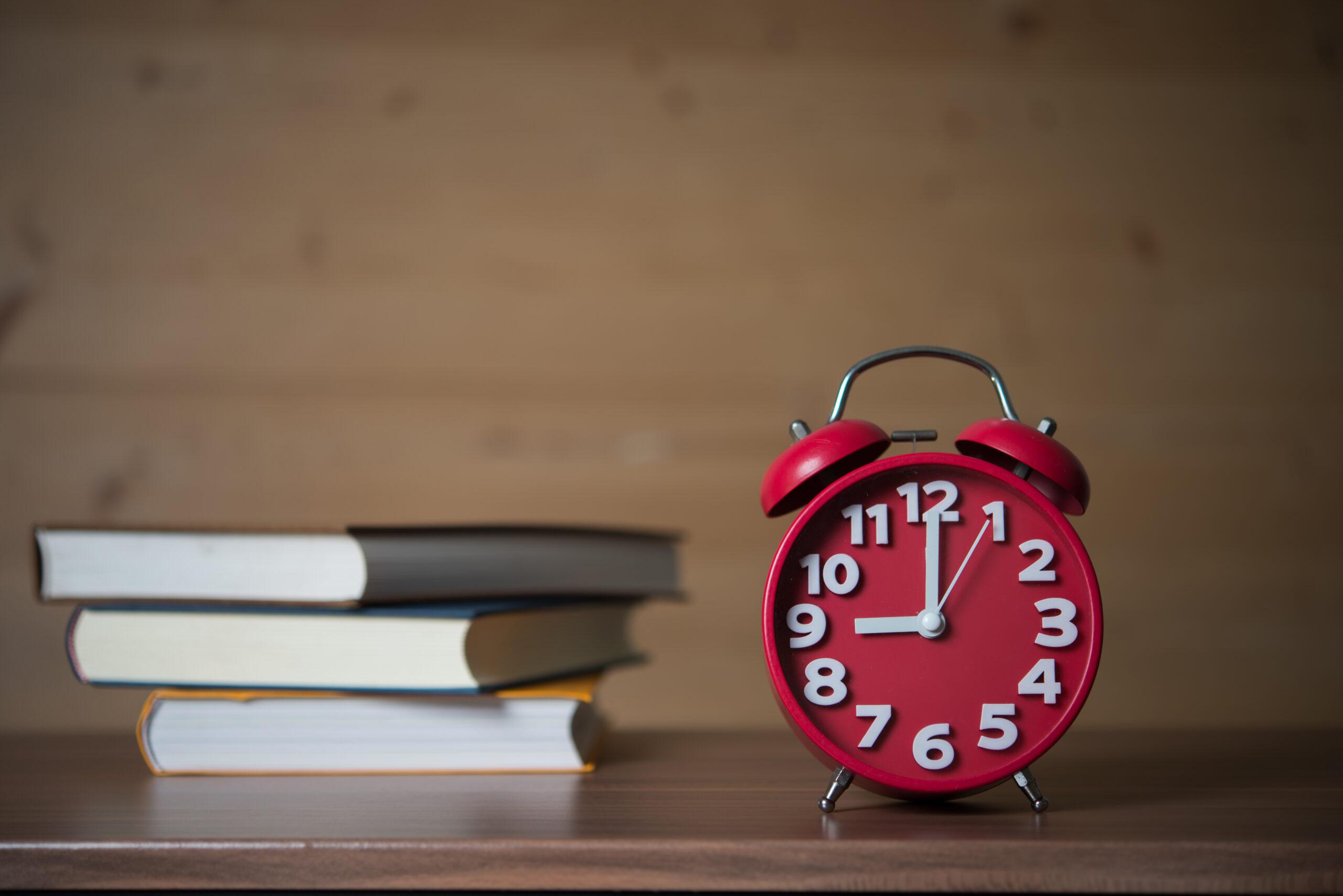 Будилник и книги на бюро